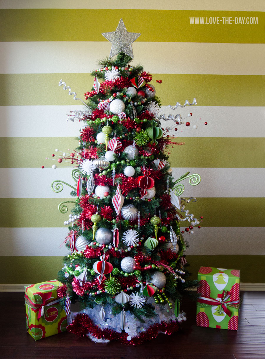 12 christmas tree decorating ideas for Green christmas tree red decorations
