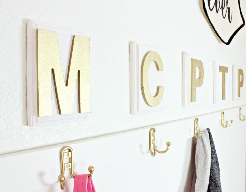 Love this faux mudroom for when you don't have an actual mudroom! SO cute! - Click for tutorial!