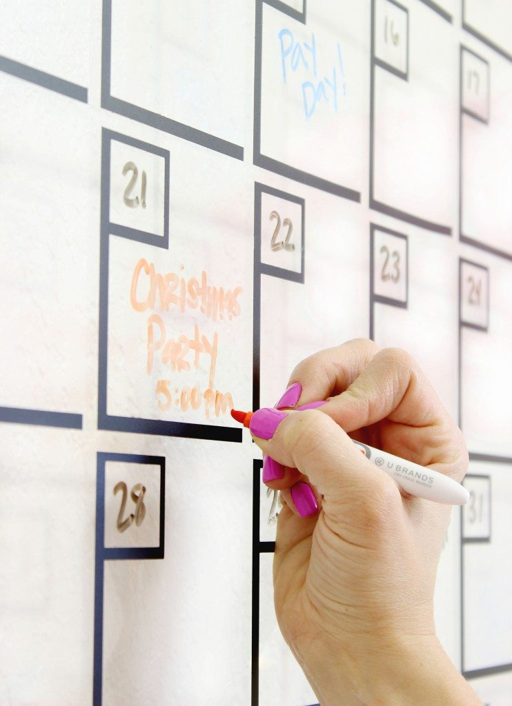 Love this DIY Acrylic Calendar (Click for tutorial)