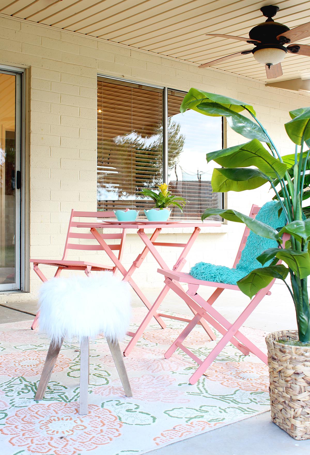 Outdoor Lounge Space - www.classyclutter.net