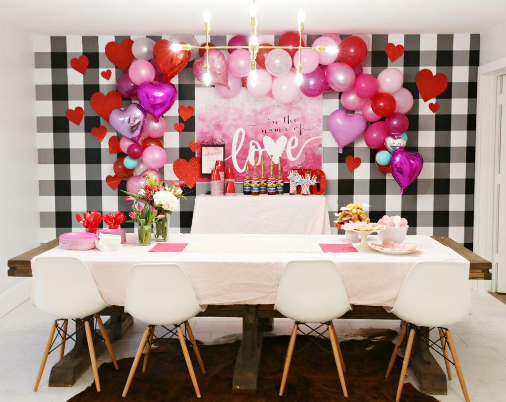 Valentines day decor party ideas classy clutter for Balloon decoration for valentines day