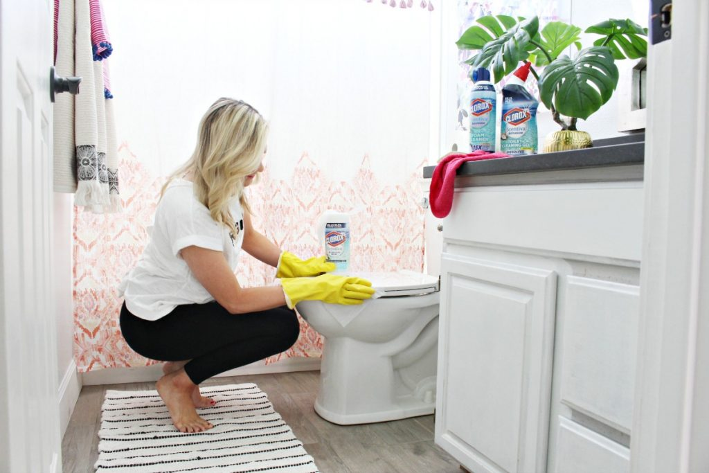 How to clean a bathroom quickly
